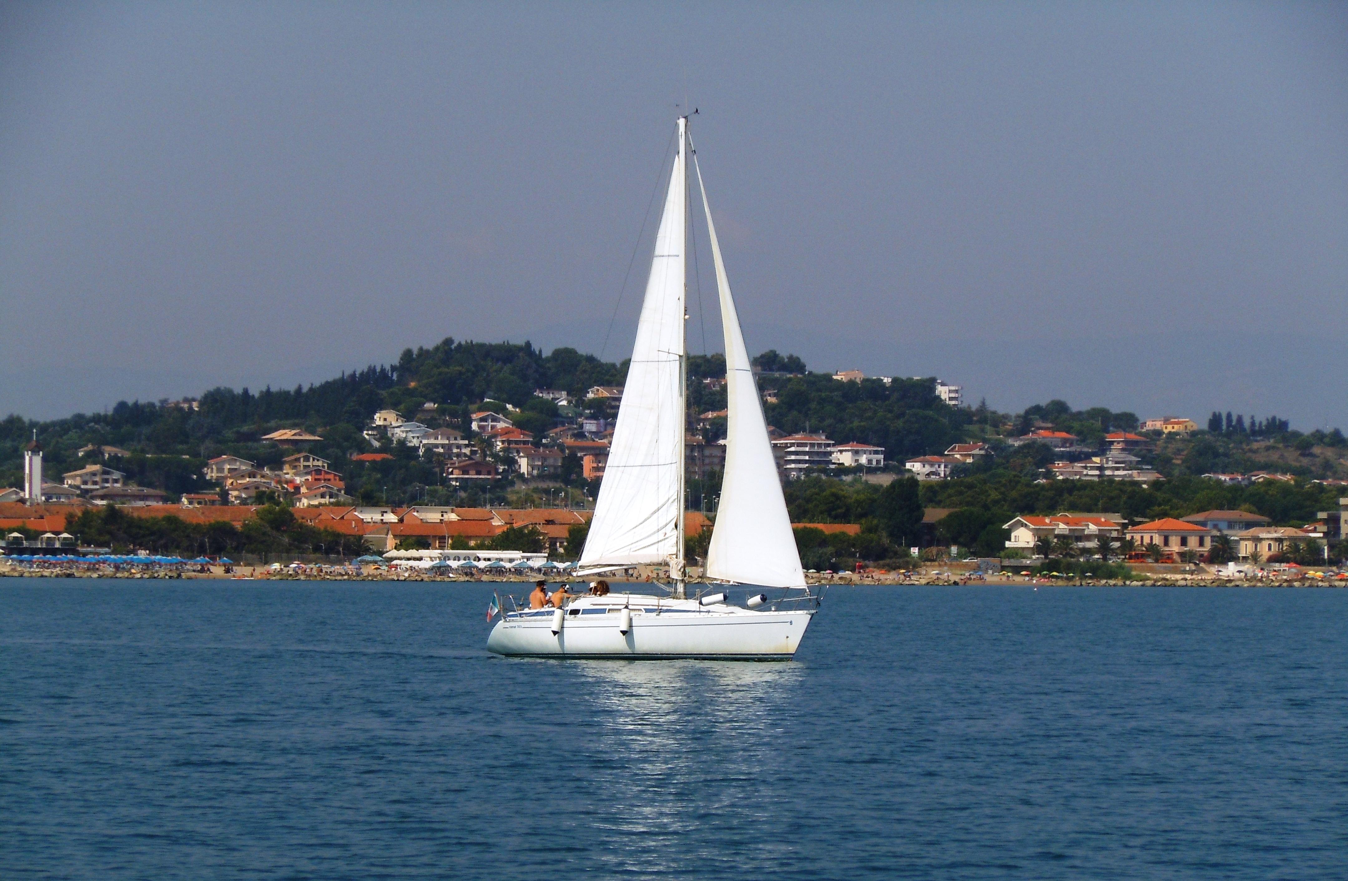 In barca a vela lungo la costa dei trabocchi da Pescara
